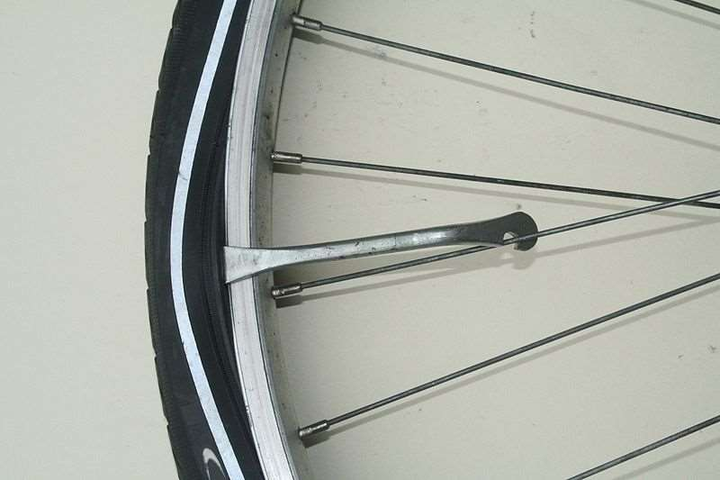 Łyżka ułatwia ściągnięcie i nałożenie opony na obręcz.